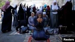 팔레스타인 여성들이 27일 예루살렘 올드시티의 템플마운틴에서 기도를 드리고 있다.
