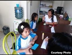 Kegiatan saat menceritakan surat yang diterima dari teman dan membacakan surat tersebut .jpg