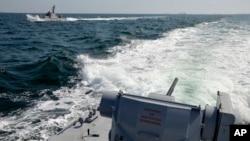 Foto yang dirilis oleh AL Ukraina menunjukkan dua kapal Angkatan Laut Ukraina yang berada di Laut Hitam dekat wilayah Krimea, ketika terjadi insiden dengan AL Rusia hari Minggu (25/11).