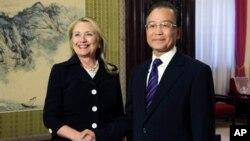 5일 중국 베이징에서 회담한 힐러리 클린턴 미 국무장관(왼쪽)과 원자바오 중국 총리.