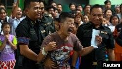Một thanh niên Thái Lan vui mừng khi được miễn quân dịch tại trường Klong Toey, Bangkok, Thái Lan ngày 5/4/2017.