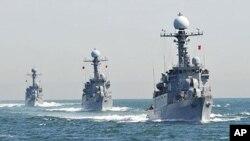 서해에서 대 잠수함 훈련을 실시하고 있는 한국 해군 함정들