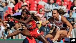 La Burkinabè Marthe Koala, à gauche, en compétition avec la Britannique Jessica Ennis-Hill lors des Championnats du monde d'athlétisme au à Beijing, Chine, 22 août 2015.