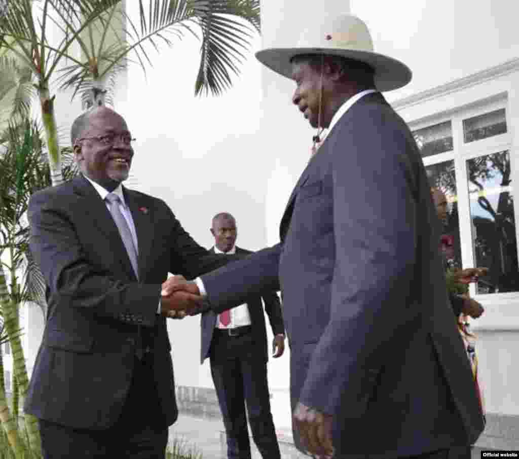 Rais John Pombe Magufuli akilakiwa na mwenyeji wake Rais Mteule wa Uganda Yoweri Kaguta Museveni.