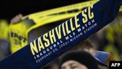 Un fan de Nashville SC brandit son écharpe lors du match contre Atlanta United, USA, le 28 février 2020.
