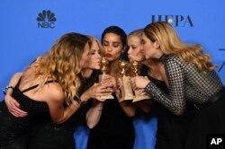 """Para pemeran serial televisi """"Big Little Lies"""" berpose dengan piala penghargaan mereka pada ajang tahunan """"Golden Globe Awards ke-75"""" di Hollywood, 7 Januari 2018. Dari kiri: Laura Dern, Nicole Kidman, Zoe Kravitz, Reese Witherspoon dan Shailene Woodley."""