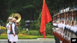 Thủ tướng Ấn Độ và người đồng nhiệm Việt Nam trong lễ đón tiếp ông Modi tới Hà Nội tháng Chín năm 2016.