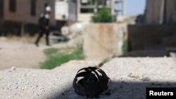 Yon foto ki montre po yon bal eksplozif nan katye rebèl yo nan vilaj Dael in Deraa Governorate, Siri. 27 jen 2017.