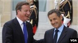 PM Ingris David Cameron (kiri) dan Presiden Perancis Nicolas Sarkozy dijadwalkan akan melawat ke Libya hari Kamis (15/9).