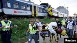 Nhân viên cứu hộ khiêng người bị thương ra khỏi hiện trường vụ tai nạn tại Granges-pres-Marnand, miền tây Thụy Sĩ, ngày 29/7/2013.