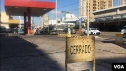 La mayoría de las estaciones de servicio en Maracaibo, Venezuela, interrumpen su trabajo debido a la escasez.