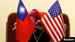 2018年3月27日台北举行的一个美台会议上摆放的台湾和美国国旗。(路透社照片)