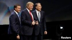 مخالفان آقای ترامپ می گویند او نماینده مواضع سنتی جمهوریخواهان نیست.
