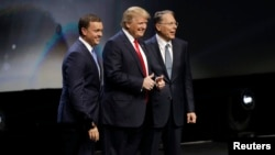 Direktur Eksekutif NRA (National Rifle Association) Chris W. Cox (kiri) dan Donald Trump pada konvensi NRA di Louisville, Kentucky, 20 Mei lalu (foto: dok).