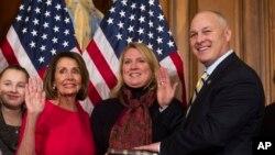 피트 스타우버 공화당 하원의원이 연방의회 새 회기가 시작된 지난 3일 워싱턴 의회에서 낸시 펠로시 하원의장과 함께 취임선서를 하고 있다.