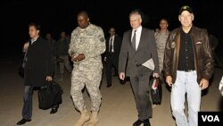 Wakil Presiden AS Joe Biden (kanan) didampingi Dubes AS untuk Irak, James Jeffrey (tengah) saat tiba di Baghdad dalam sebuah kunjungan mendadak (29/11).