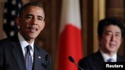 Presiden Amerika Barack Obama memberikan sambutan dalam konferensi peers bersama PM Jepang Shinzo Abe (kanan) di Akasaka, Tokyo (24/4).