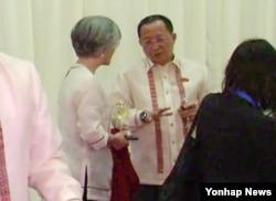 강경화 한국 외교장관(왼쪽)이 지난 6일 저녁 필리핀 마닐라에서 열린 아세안지역안보포럼(ARF) 환영 만찬 대기실에서 리용호 북한 외무상과 대화하고 있다.