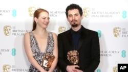 """Aktris Emma Stone meraih penghargaan aktris terbaik dari BAFTA dan sutradara Damien Chazelle sebagai sutradara terbaik, keduanya untuk film """"La La Land' (12/2)."""