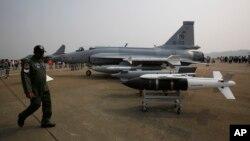 Jet tempur FC-1 Xiaolong buatan China dipamerkan di Zhuhai Airshow di Zhuhai, China selatan. (Foto: Dok)