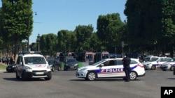 警车阻止行驶车辆进入法国巴黎香榭丽舍大道(2017年6月19日)