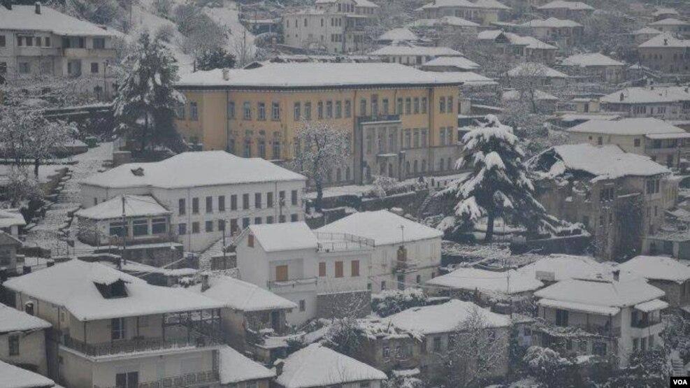"""Dimri """"zbulon"""" në Shqipëri mungesën e  investimeve në shkolla"""