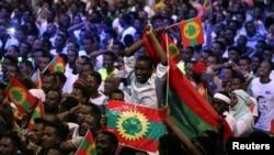 Apoiantes dom a bandeira da Frente de Libertação de Oromo em Addis Abeba