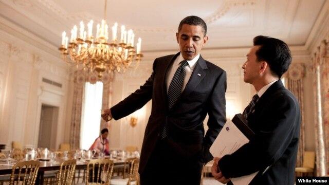 Tổng thống Obama nói chuyện với dân biểu Joseph Cao (Cao Quang Ánh). Ảnh chụp ngày 25/6/2009.