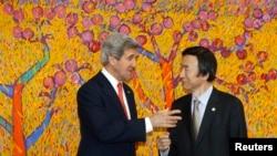 2013年4月12美国国务卿克里(左)和韩国外交通商部长官尹炳世(右)韩国首尔