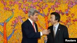 """El secretario de Estado John Kerry saluda al canciller surcoreano Yun Byung-se a su llegada a Seúl, desde donde aseguró que Corea del Norte """"no será una potencia nuclear""""."""