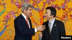 Menlu AS John Kerry (kiri) bertemu dengan Menlu Korsel Yun Byung-se saat lawatannya di Seoul (12/4). Kerry kembali menegaskan konsekuensi jika Korut kembali meluncurkan rudal