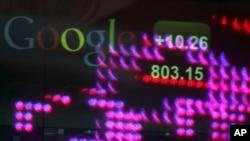 谷歌股票在2013年2月首度冲破每股800美元。图为当时谷歌股票代号显示在纽约时代广场纳斯达克总部。