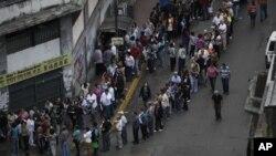 베네수엘라 카라카스에 마련된 투표소 앞에 길게 줄을 늘어선 유권자들