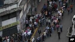 Başkent Caracas'ta oy vermek için bekleyen seçmen kuyruğu