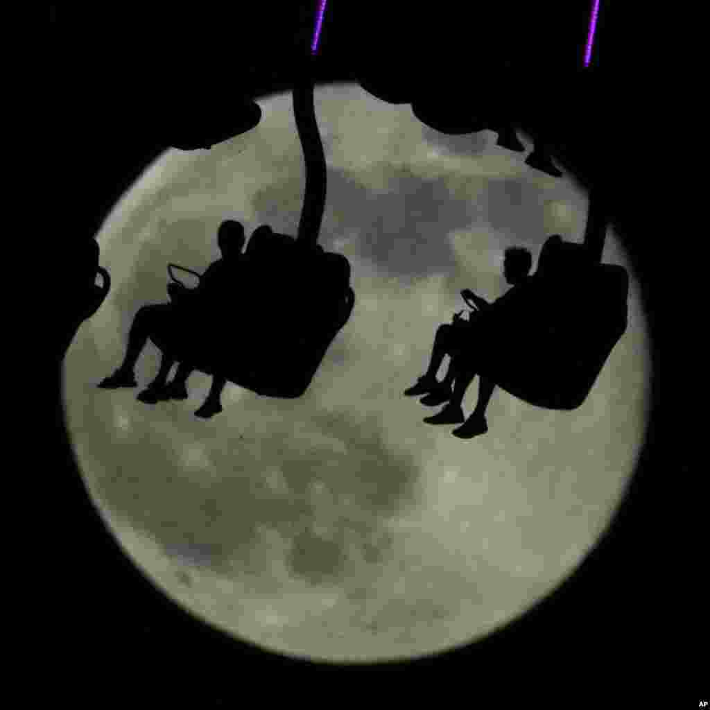 تماشای ماه کامل در اوج آسمان در پارک تفریحی کانزاس