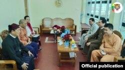 ရွမ္းတိုင္းရင္းသားမ်ား ဒီမိုကေရစီအဖြဲ႕ခ်ဳပ္ (SNLD) ကိုယ္စားလွယ္အဖဲြ႔နဲ႔ အမ်ိဳးသားဒီမိုကေရစီအဖြဲ႕ခ်ဳပ္ (NLD) ကိုယ္စားလွယ္အဖဲြ႔ တို႔ ေတာင္ၾကီးၿမိဳ႕ NLDရံုးမွာ ေတြ႔ဆံုေဆြးေႏြးခဲ့တဲ့ ျမင္ကြင္း။ (ဓာတ္ပံု - Shan Nationalities League for Democracy - ဇန္နဝါရီ ၁