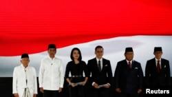 Presiden Joko Widodo dan cawapres Ma'ruf Amin, calon presiden Prabowo Subianto dan pasangannya cawapres Sandiago Uno menyanyikan lagu kebangsaan sebelum Debat Capres Cawapres 2019 di Jakarta, 13 April 2019. (Foto: Reuters)