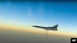 ພາບນີ້ ທີ່ມາຈາກວີດີໂອ ໄດ້ສະໜອງໂດຍ ພະແນກຂ່າວສານ ຂອງກະຊວງປ້ອງກັນປະເທດຣັດເຊຍ ສະແດງໃຫ້ເຫັນ ເຮືອບິນຖິ້ມລະເບີດ ໄລຍະໄກ ລຸ້ນ Tu-22M3 ໃນລະຫວ່າງການບິນ ໂຈມຕີທາງອາກາດເທິງນານຟ້າ ທີ່ບໍ່ສາມາດເປີດເຜີຍສະຖານທີ່ໄດ້ ໃນຊີເຣຍ, ວັນທີ 14 ສິງຫາ 2015.