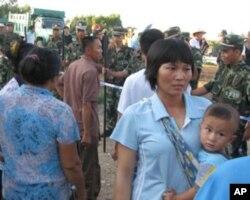 村民与武警对峙