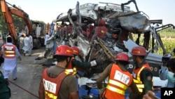 巴基斯坦旁遮普省10月17日發生致命性道路事故兩車對撞後現場。