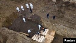 Ảnh chụp bằng drone ngày 9/4/2020 tại nghĩa trang trên đảo Hart, nơi an táng những người chết vì Covid-19 ở New York.