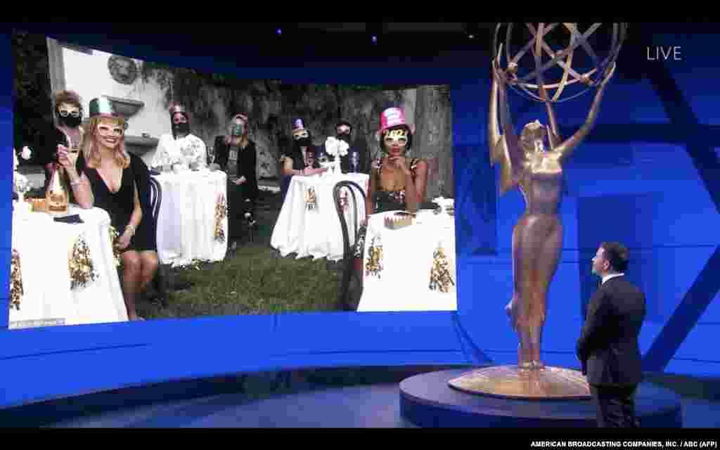 រូបថតពីអេក្រង់ពីបង្ហាញពីពិធីករលោក Jimmy Kimmel នៅខាងមុខអេក្រង់បង្ហាញពីបេក្ខភាពពានរង្វាន់ Primetime Emmy Awards លើកទី៧២ ដែលត្រូវបានតាមវីដេអូ កាលពីថ្ងៃទី២០ ខែកញ្ញា ឆ្នាំ២០២០។