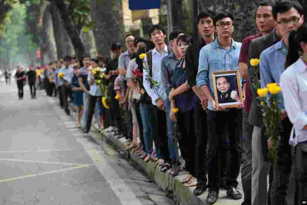 Hàng ngàn người mang theo hoa và nhang đèn, đứng xếp hàng dài cả tiếng đồng hồ để vào viếng Đại tướng Võ Nguyên Giáp.