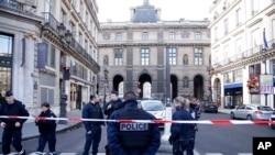 卢浮宫袭击事件发生后,警察在周围清场(2017年2月3日)