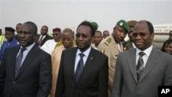 Dioncounda Traore (tengah), akan dilantik sebagai Presiden sementara Mali hari Kamis (12/4).
