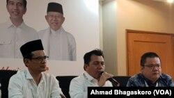 Direktur Hukum dan Advokasi Tim Kampanye Nasional (TKN) Jokowi, Ade Irfan Pulungan (duduk di tengah) (foto: VOA/Ahmad Bhagaskoro)