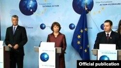 Sırbistan Başbakanı Ivica Dacic ile Kosova Başbakanı Haşim Taçi Brüksel'de AB Yüksek Temsilcisi Catherine Ashton'ın himayesinde bir araya geldi.