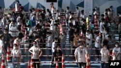 中國湖北武漢居民排隊接受新冠病毒核酸檢測。 (2021年8月5日)