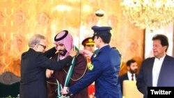 عمران خان نخست وزیر پاکستان (راست) در جریان اعطای نشان پاکستان. محمد بن سلمان از سوی عارف علوی رئیس جمهوری، این نشان را دریافت کرد