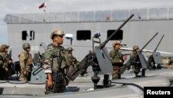 30일 필리핀 남부 마라위에서 전투를 마치고 마닐라에 도착한 정부군 특수부대가 정렬하고 있다.